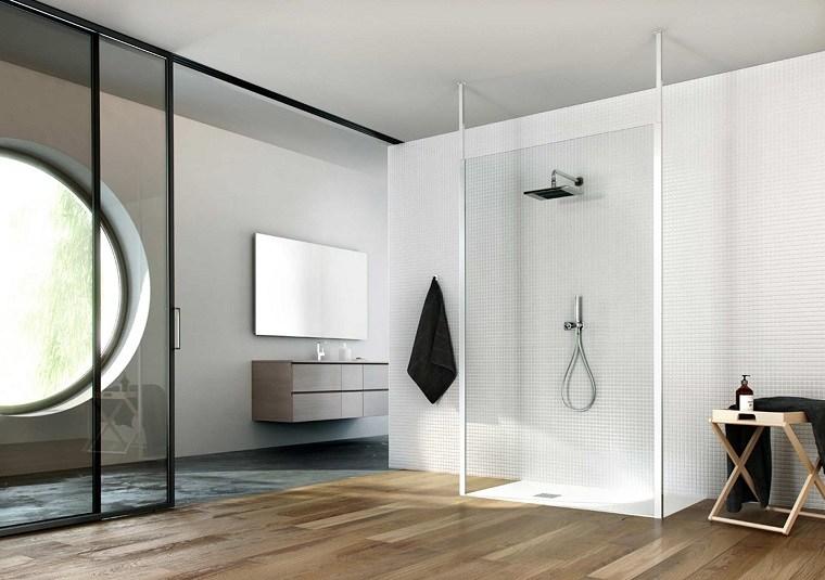 bano-pared-blanca-suelo-madera