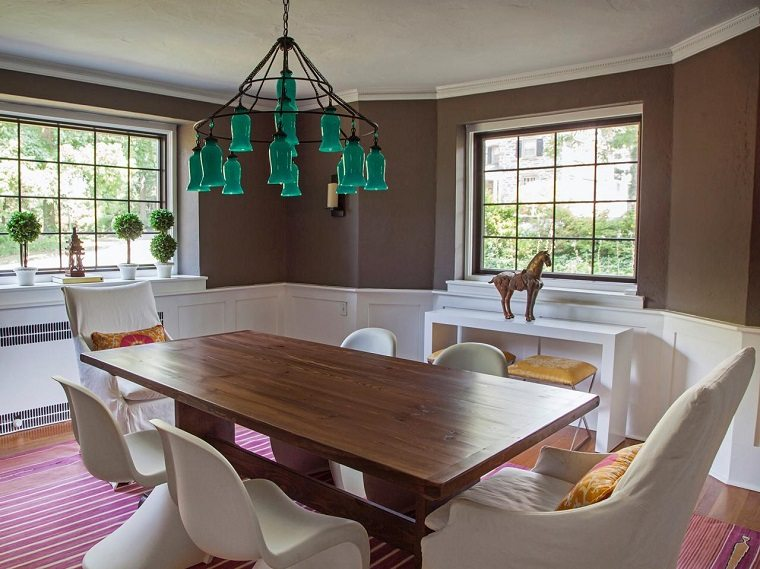 boho chic comedor ideas alfombra rosa sillas blancas revestidas