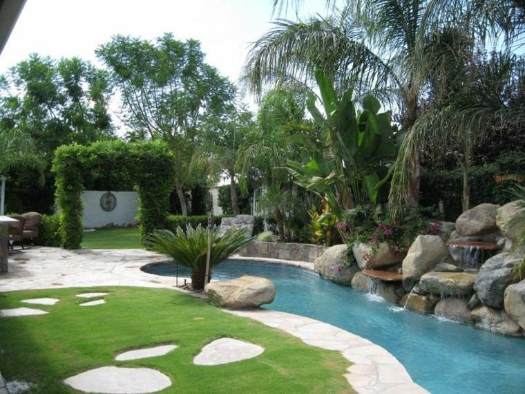 bonita fuente piscina rocas jardin