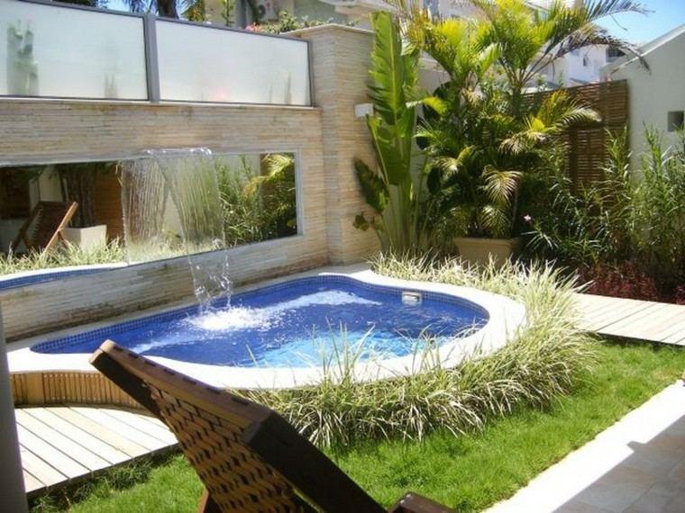 bonito jardin fuente piscina tumbona