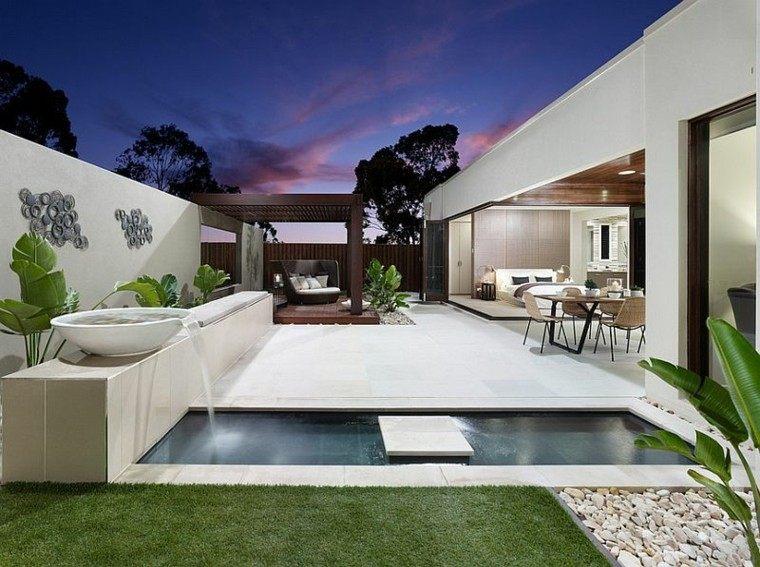 Una piscina peque?a en el patio trasero, un gran capricho