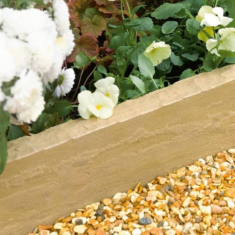 borde piedras beige flores guiijarros