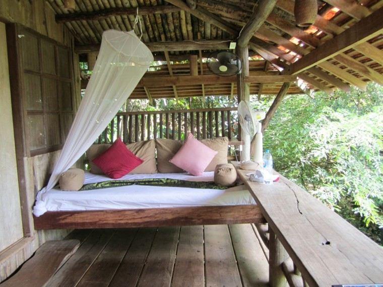 cabaña madera cama terraza mosquitera