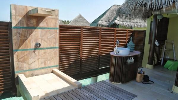Platos de ducha para el exterior un capricho refrescante - Duchas exteriores para piscinas ...