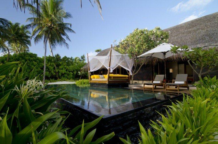 cama amarilla jardin tropical palmera