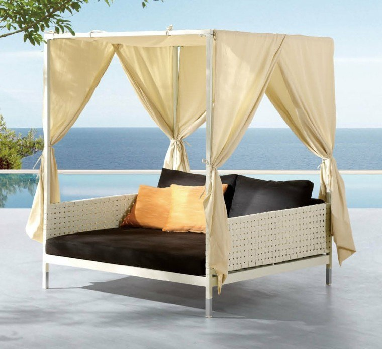 cama beige jardin piscina dosel