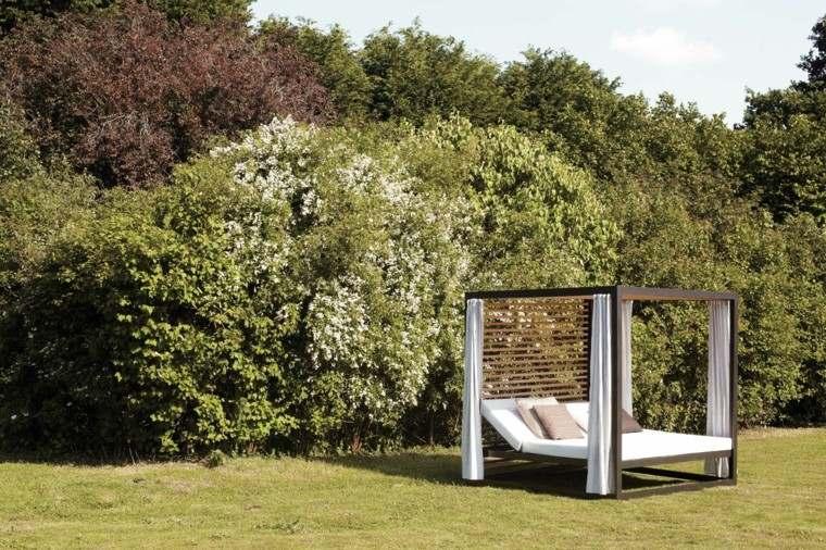 cama cortinas blancas jardin bonita