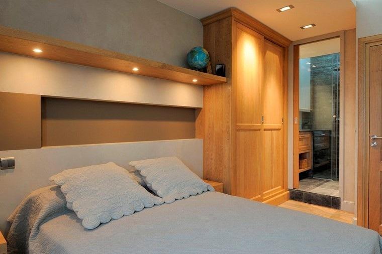 Dormitorios modernos con maderas en la decoración.