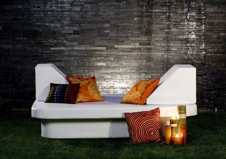cama moderna blanca cojines naranja