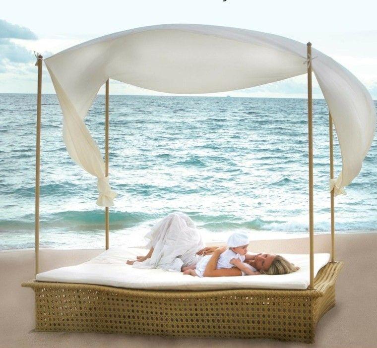 cama playa mujer bebe mar