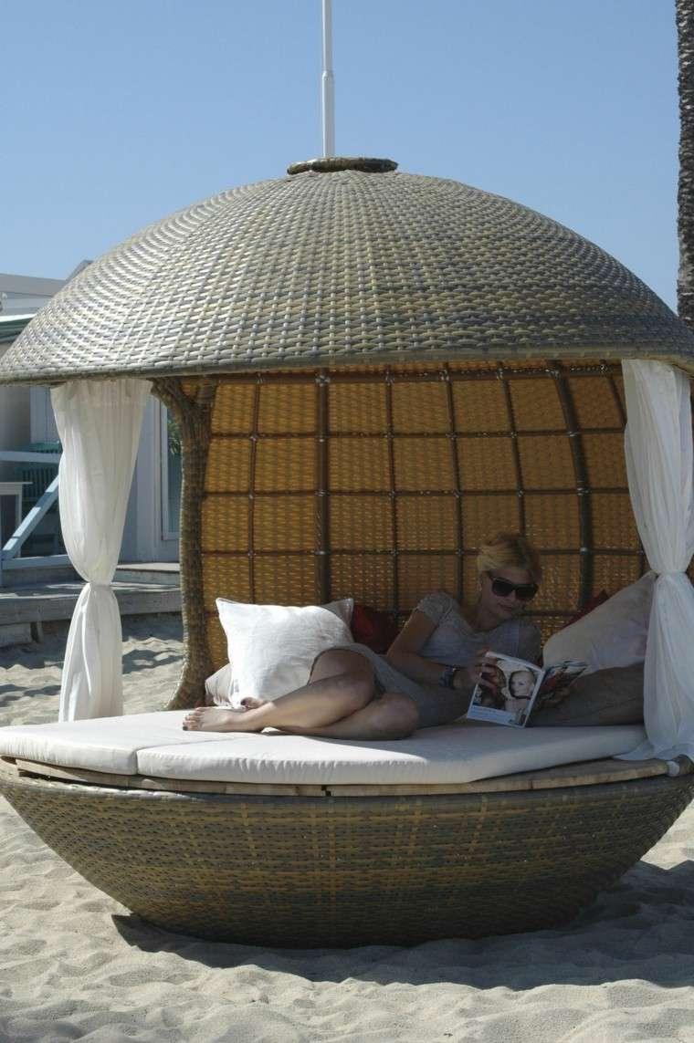 cama redonda mimbre playa mujer