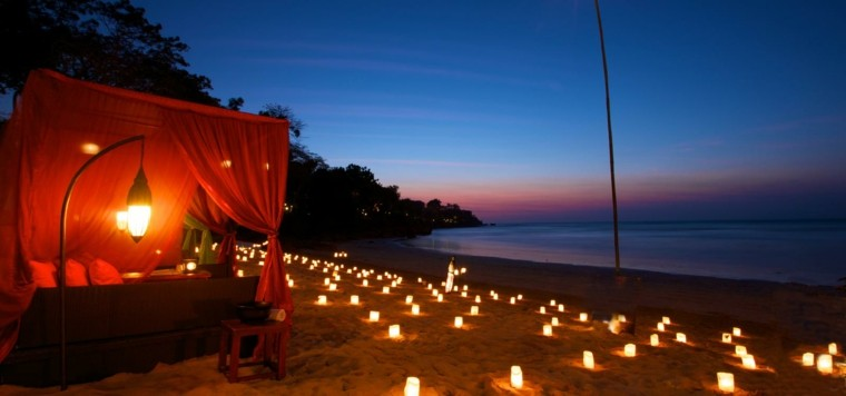 cama roja playa noche luces