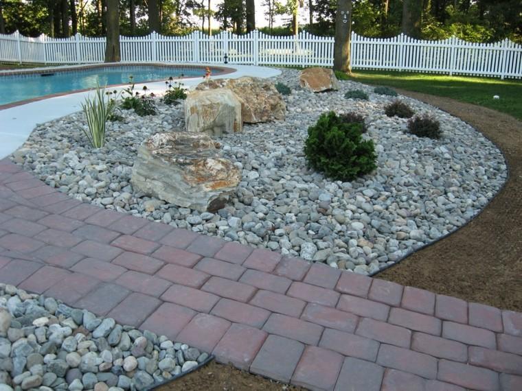camino baldosas piscina jardin rocas