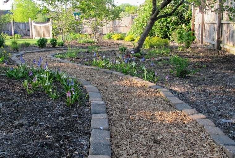 Senderos jardines m s de 70 ideas pr cticas para el hogar for Caminos de piedra en el jardin