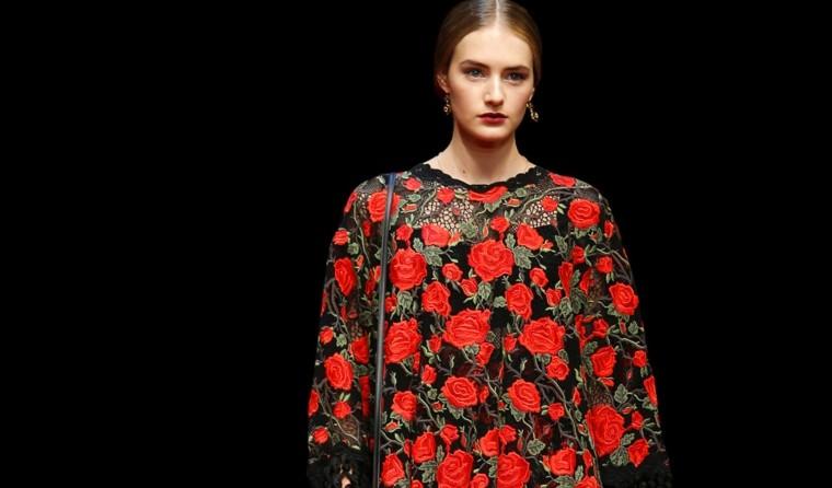 camisa rosas rojas fondo negro