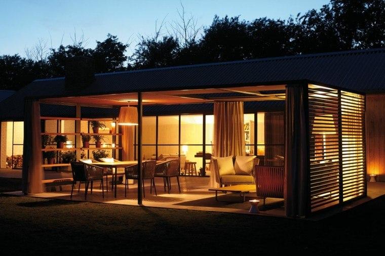 casa noche luces macetas terraza cubierta