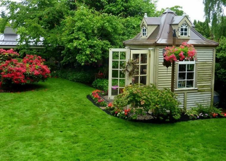 casa patio pequeña flores cesped