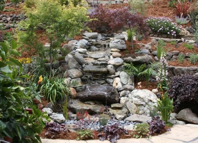 cascada rocas plantas jardin agua