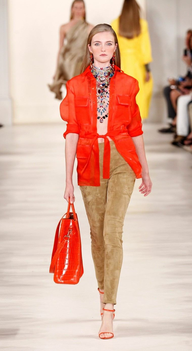 chaqueta naranja blusa abierta bolso