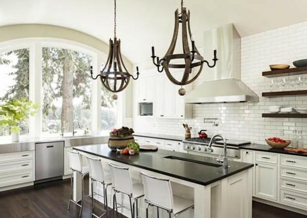 cocina blanca lámparas viejas hierro