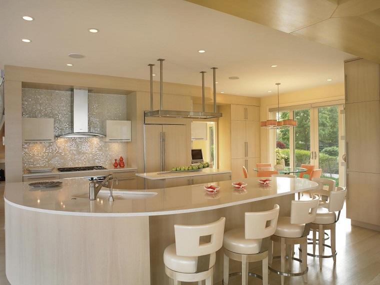 cocina blanca luminosa sillas bara cuero blanco moderna