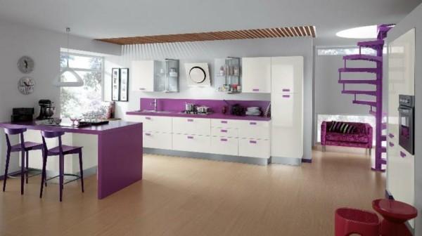 cocina blanca violeta escaleras caracol