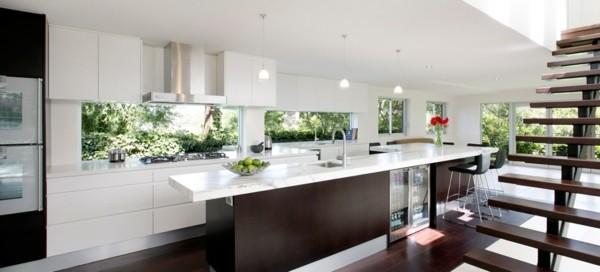 cocina blanca espaciosa escaleras madera