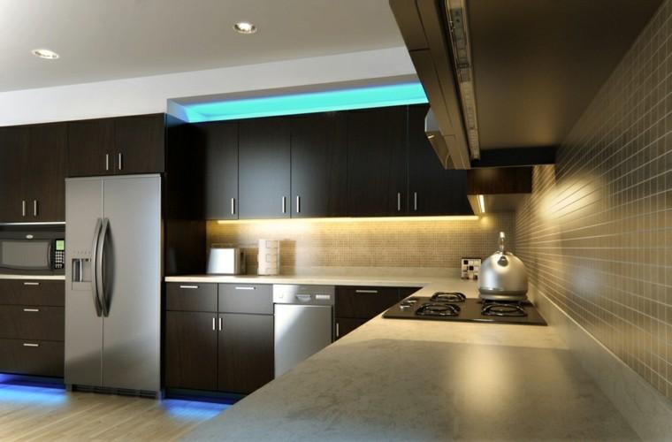 Iluminaci n led 75 ideas incre bles para el hogar - Alicatar cocina detras muebles ...