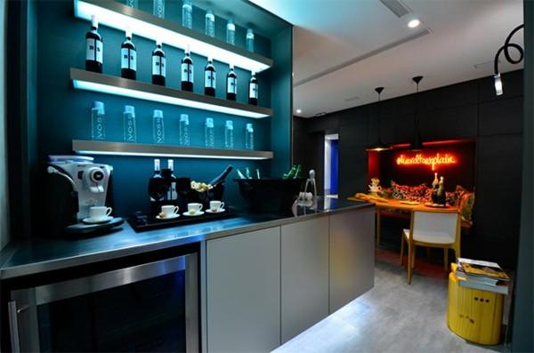 cocina luz azul moderna botellas