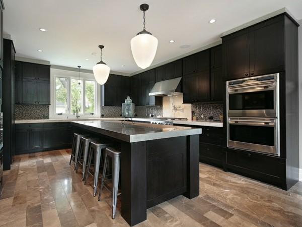 cocina madera color negro taburetes