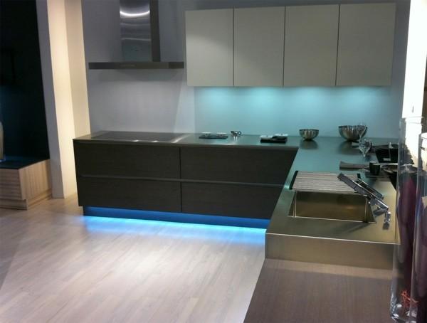 cocina moderna luz azul incrustada