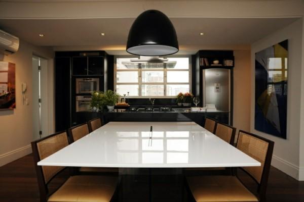cocina negra mesa blanca lámpara