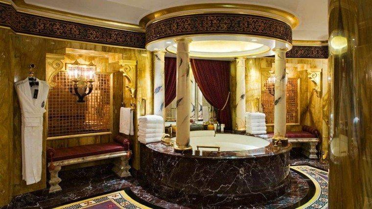 columnas calido dorado marmol bañera