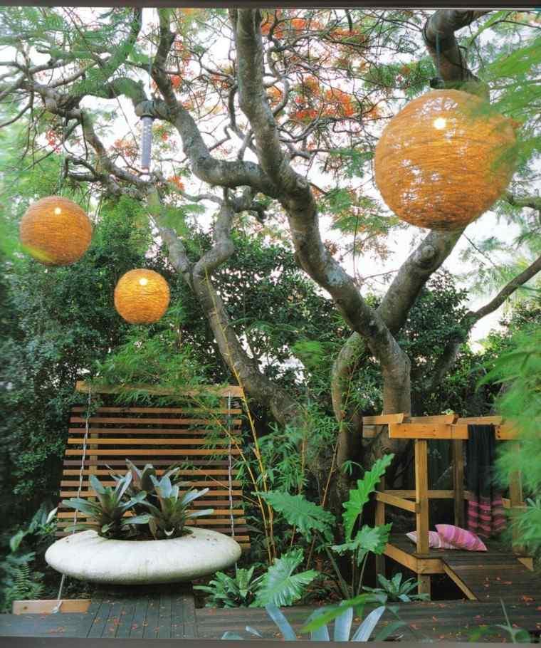 como diseñar un jardin esferas linternas colores