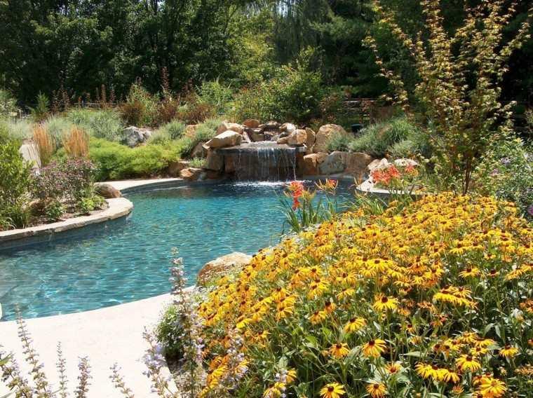 como diseñar un jardin piscina flores patio