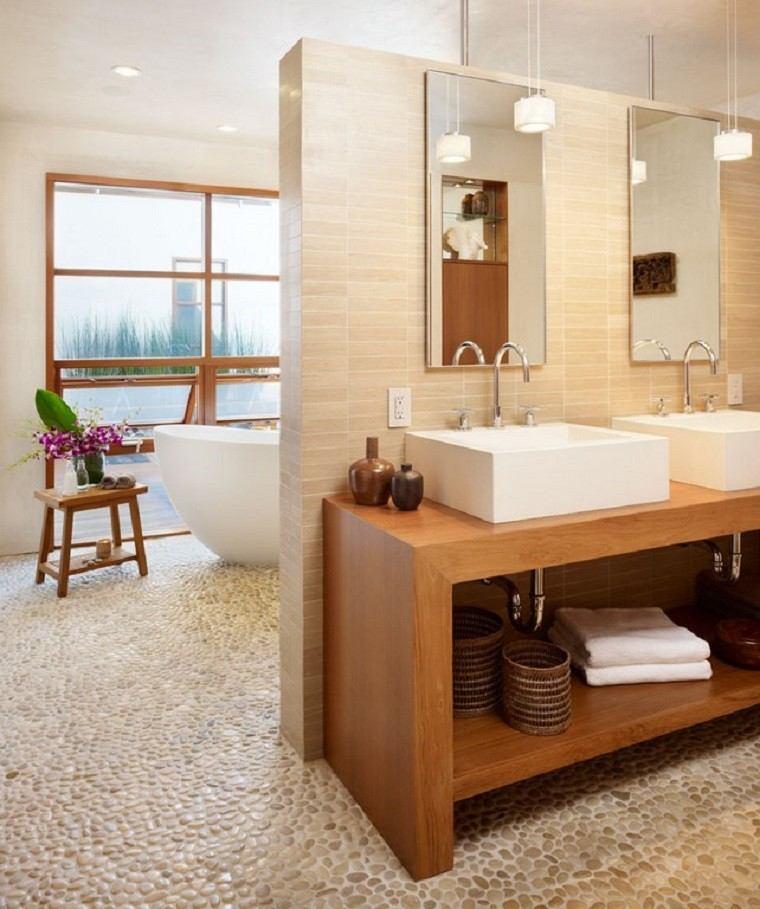 cuarto de baño estante madera lamparas flores
