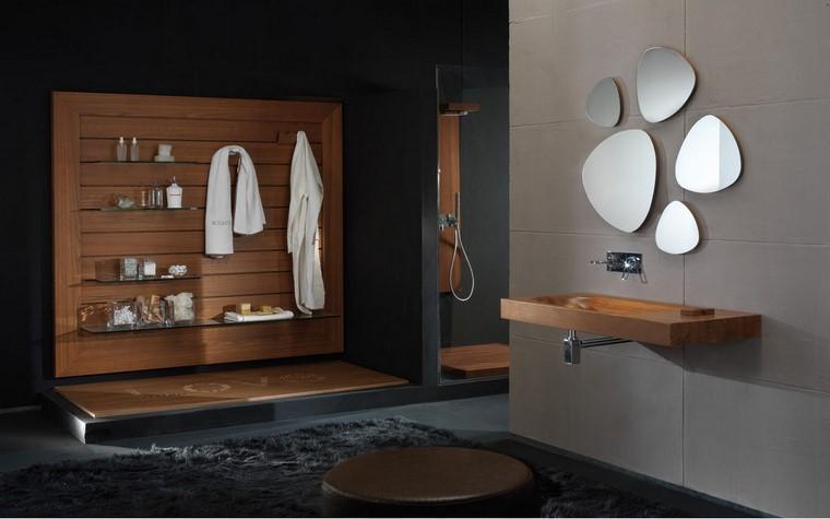 cuarto de baño pared toallas espejo ducha