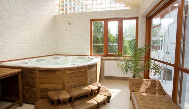 cuarto de baño tumbona madera ventanas plantas