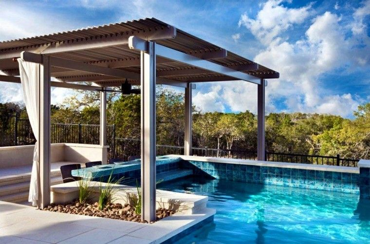 cubierta piscina pérgola mesas cortinas