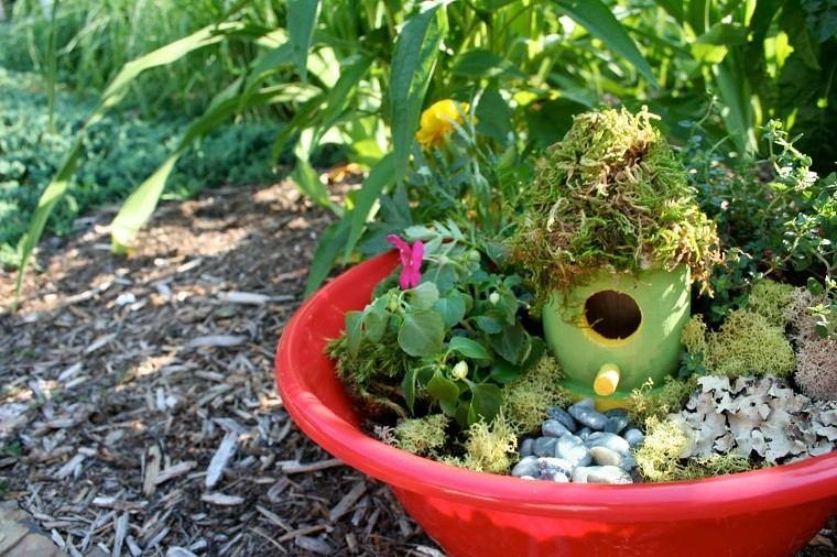 cubo rojo adornado mini jardín