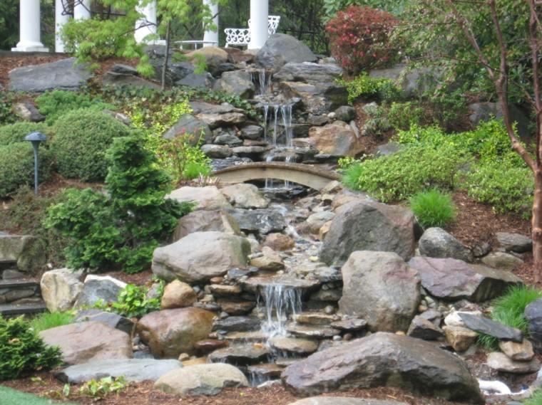 decoracion cascada rocas jardin