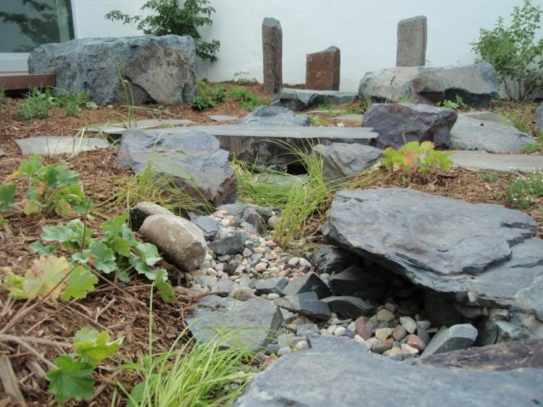 decoracion natural rocas jardin plantas