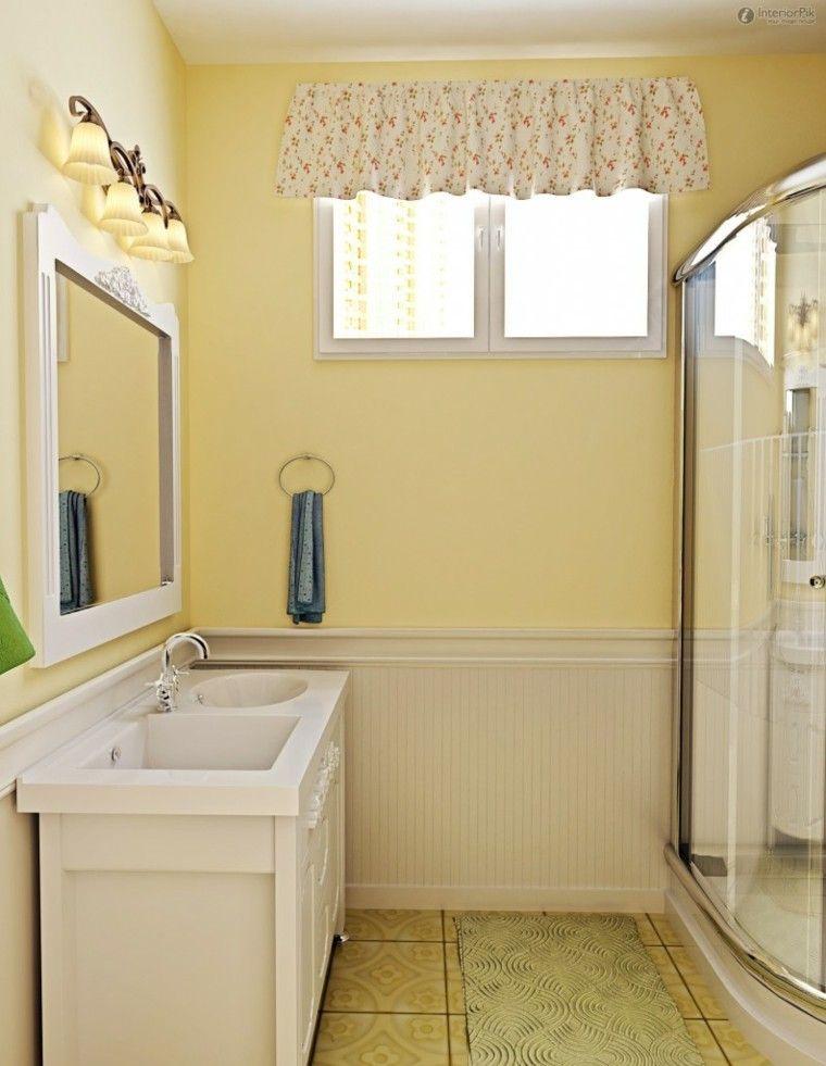 decoracion baños pequeños lampara cortinas floreadas amarillo