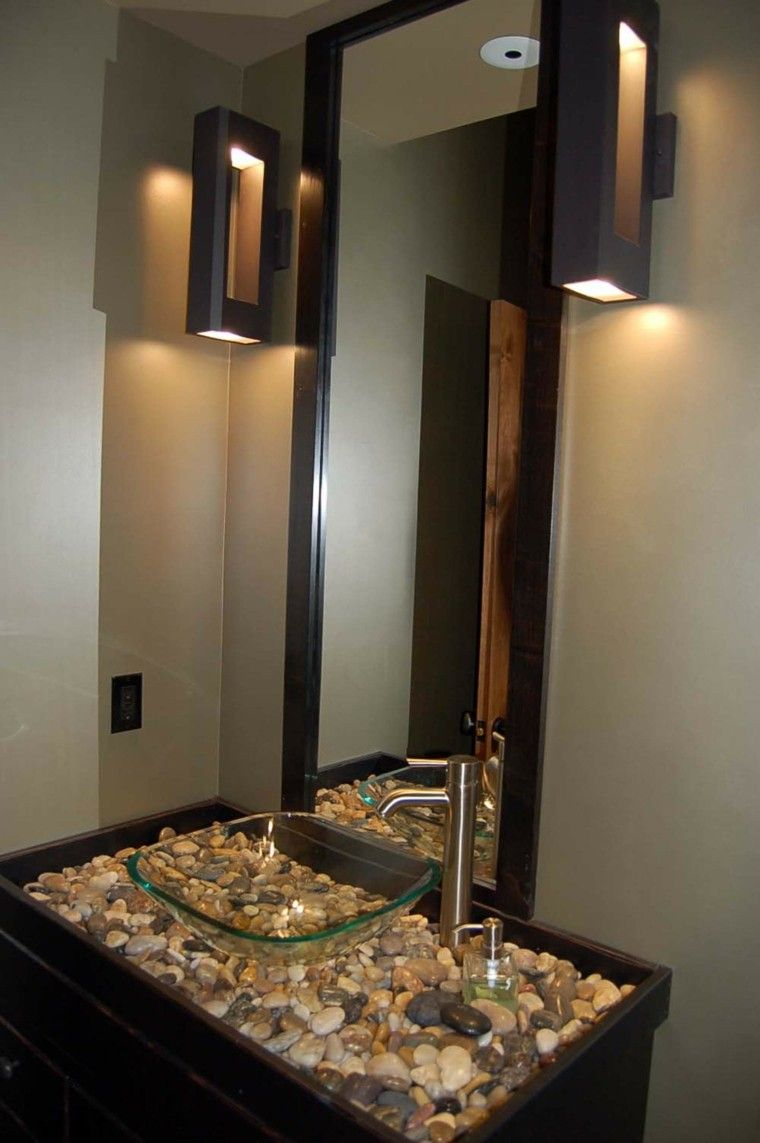 decoracion baños pequeños madera lavabo rocas