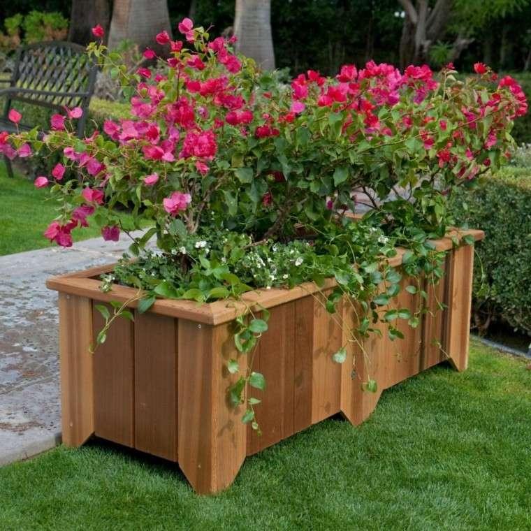 decoración con maceteros madera cesped flores