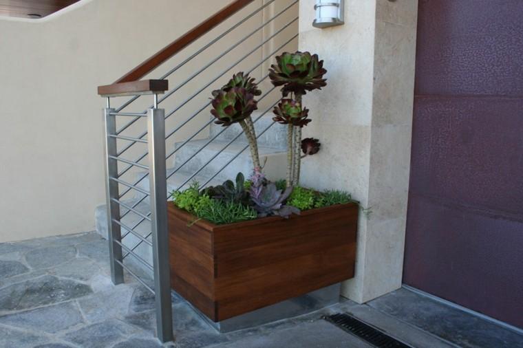 decoración con maceteros suculentas escaleras madera