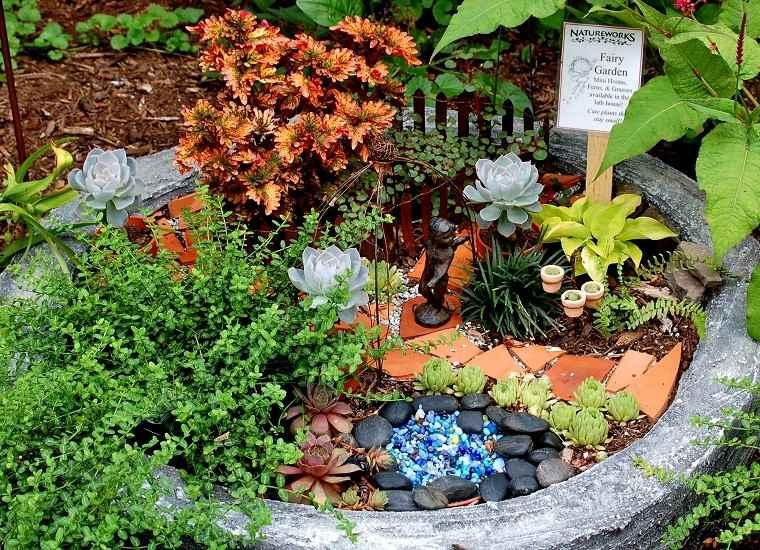 Macetas de barro rotas usadas para decorar for Decoracion de jardin con ollas de barro