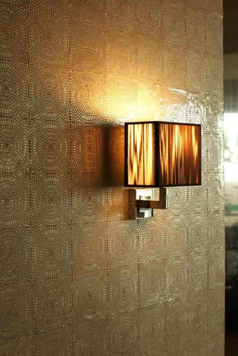 detalle textura pared lampara dorado azulejos