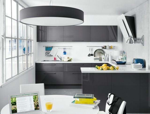 diseño de cocina blanco negro moderno estrcha lugar comer