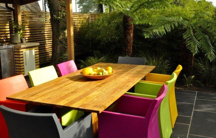 diseno de jardines modernos Sue Townsend muebles colores llamativos mesa madera